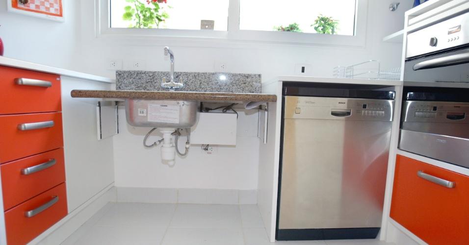 O projeto desta cozinha, assinado pela profissional Sandra Perito, previu o tampo da pia ajustável. O forno localiza-se em altura ideal para cadeirantes. E, para o acesso da lava-louças, contabilizou-se a área de manobras para a cadeira de rodas