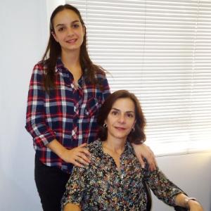 Sarah Lazaretti (sentada), fundadora da Alergoshop, e a filha Marina, que trabalha na empresa - Divulgação