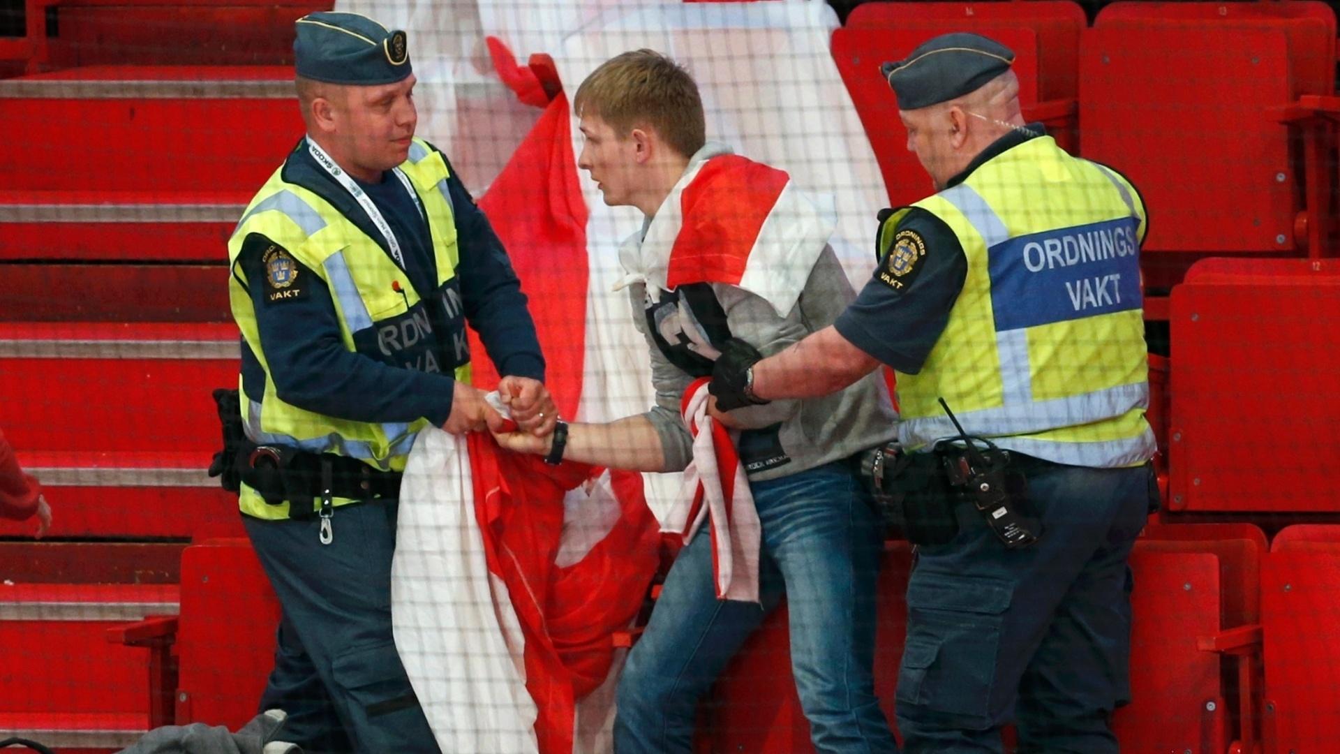 05.mai.2013 - Torcedor de Belarus é preso após estender faixa com protestos contra o Governo de seu país, durante jogo pelo Mundial de hóquei no gelo, na Suécia