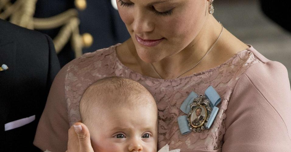 10.mai.2013 - 2º lugar - Suécia - Na foto, a princesa do país, Victória, segura a filha, Estelle, no colo em cerimônia realizada na Capela Real, em Estocolmo Risco de morte materna (1 no número indicado): 14.100 Taxa de mortalidade entre menores de 5 anos (a cada 1.000 nascidos vivos): 2,8 Expectativa de número de anos na escola: 16,0 PIB per capita nominal (US$): 53.150 Participação das mulheres no governo nacional (% assentos): 44,7
