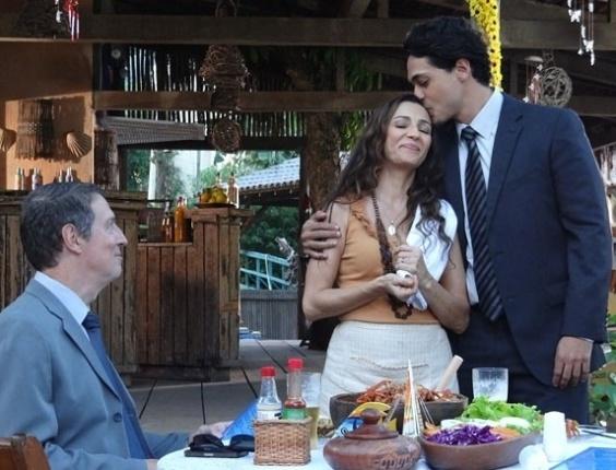 """10.mai.2013 - Em """"Flor do Caribe"""", Hélio banca o bom filho na frente de empresário"""
