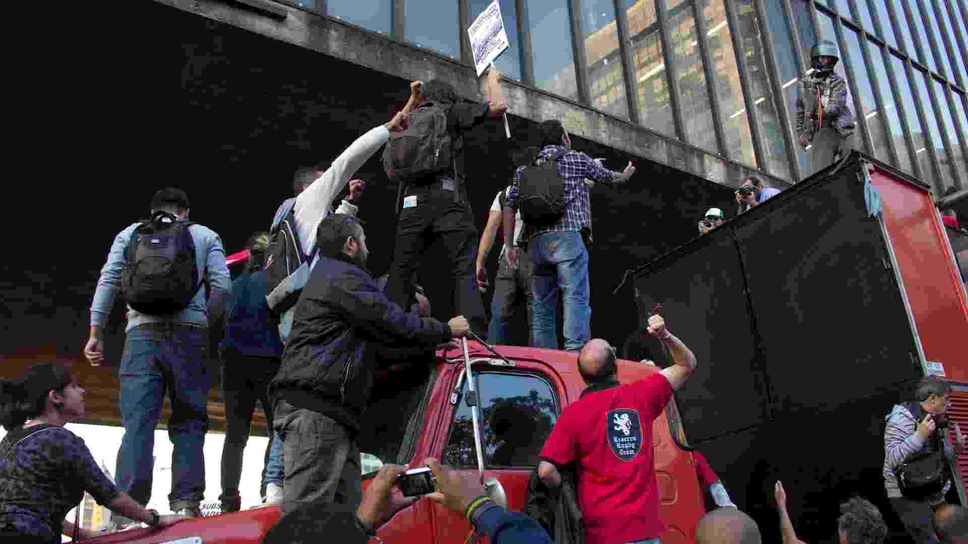 10.mai.2013 - Em meio a confusão durante assembleia nesta sexta-feira (10), a Apeoesp (sindicato dos professores) suspendeu a greve da rede estadual de São Paulo. A resolução foi tomada em manifestação no vão do Masp (Museu de Arte de São Paulo), na avenida Paulista. Apesar da maioria dos professores presentes na assembleia votarem pela permanência da greve, iniciada no dia 22 de abril, a presidente de Apeoesp, Maria Izabel Noronha, anunciou o fim da greve. Após o anúncio, parte dos docentes se revoltou contra a sindicalista - Diogo Moreira/Frame/Estadão Conteúdo