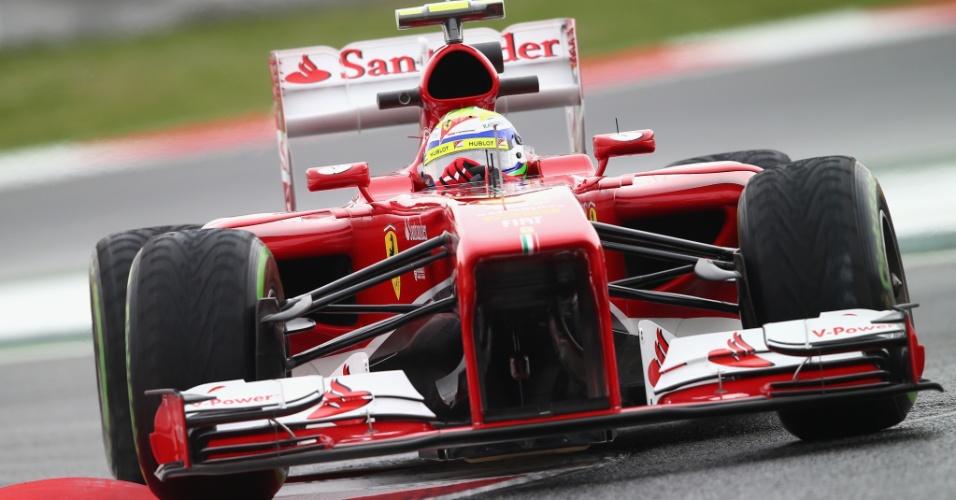 10.mai.2013 - Felipe Massa 'ataca' uma das zebras do circuito de Barcelona durante volta rápida nos treinos livres para o GP de Barcelona