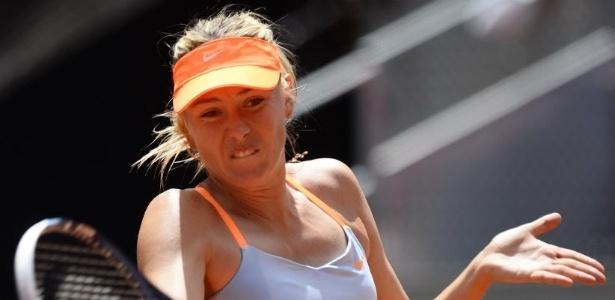 10.mai.2013 - Maria Sharapova rebate bola na vitória sobre Kaia Kanepi em Madri