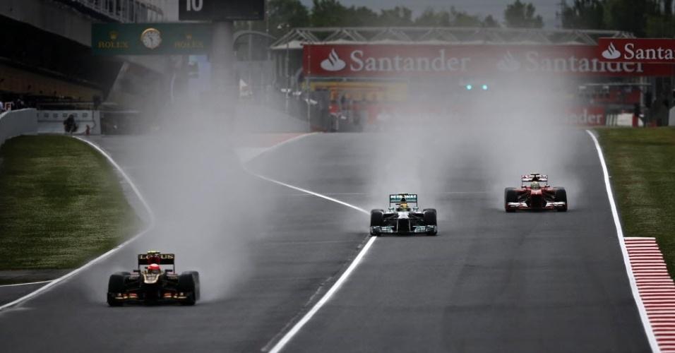 10.mai.2013 - Romian Grosjean, Lewis Hamilton e Felipe Massa aceleram no circuito de Barcelona durante os treinos livres para o GP da Espanha