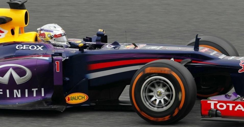 10.mai.2013 - Sebastian Vettel controla sua Red Bull durante os treinos livres para o GP da Espanha