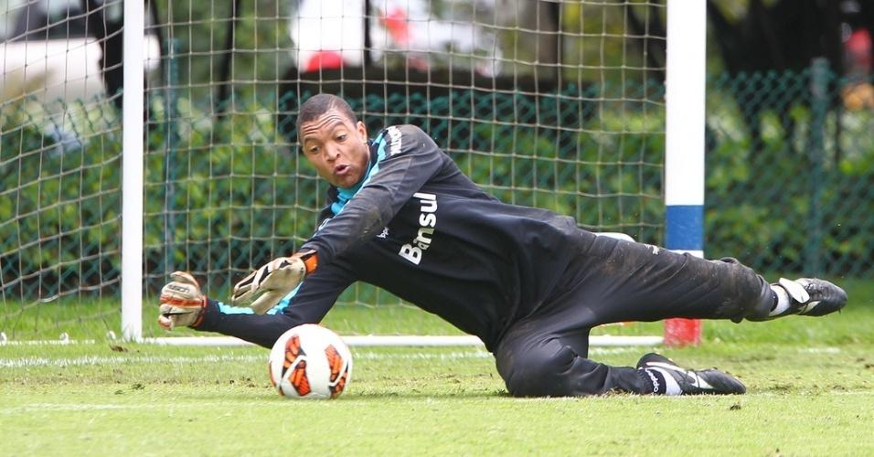 Dida defende chute em treinamento do Grêmio na Colômbia