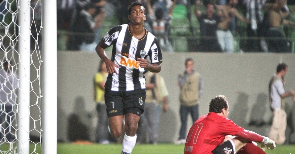 Jô marcou três gols na goleada do Atlético-MG sobre o São Paulo, por 4 a 1, pela Libertadores (9/5/2013)