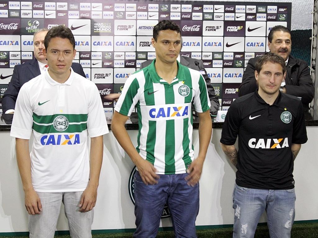 Keirrison, Emerson e Botinelli apresentam camisas com o novo patrocinador do Coritiba
