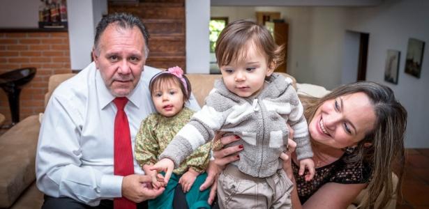Taciana Beatriz Couto e o marido, Mário Gasperini, comemoram o primeiro Dia das Mães com os gêmeos João Pedro e Maria Alice em casa; eles passaram por dois tratamentos de fertilização in vitro - Leandro Moraes/UOL