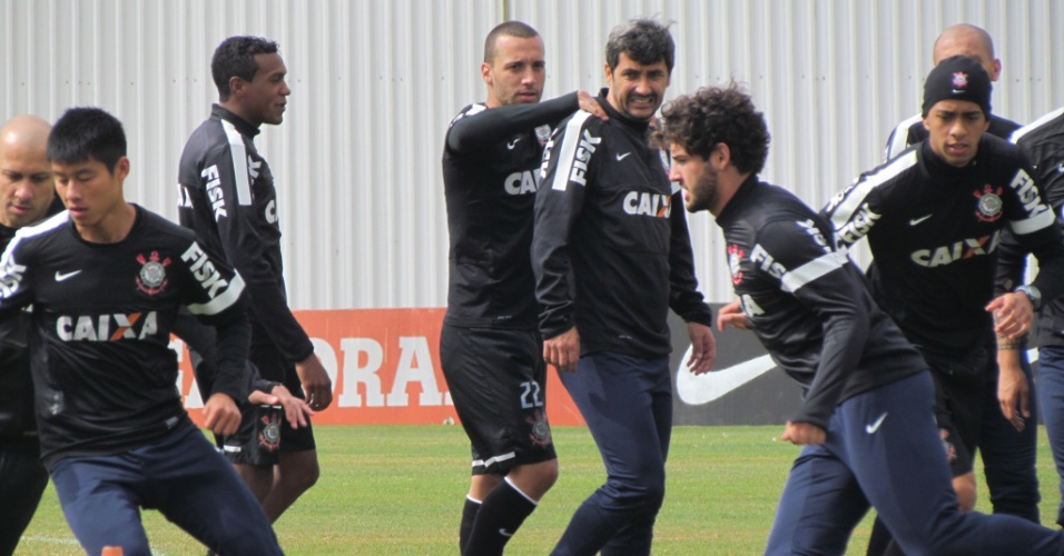 11-05-2013 - Alexandre Pato corre, enquanto Guilherme brinca com Douglas