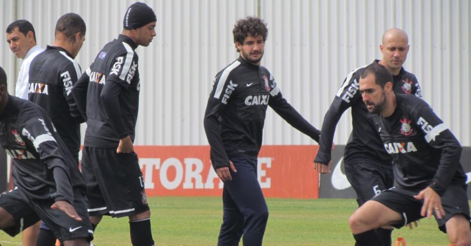 11-05-2013 - Alexandre Pato observa companheiros no aquecimento