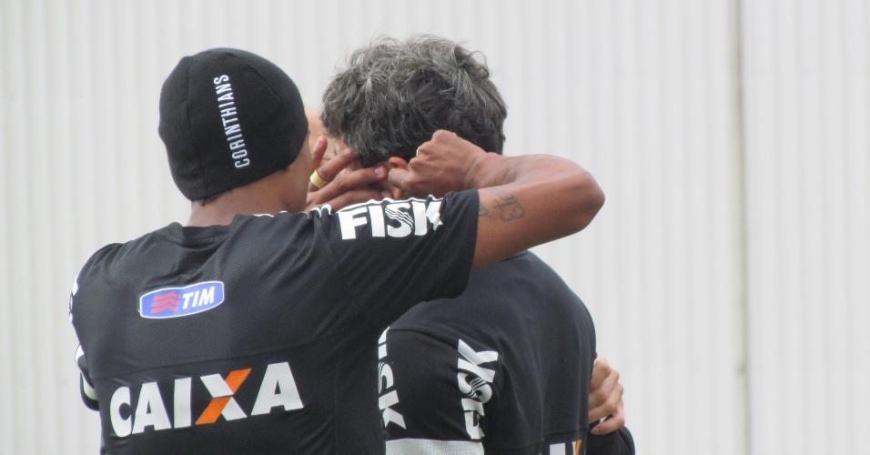 11-05-2013 - Paulinho brinca com Douglas durante sessão de aquecimento