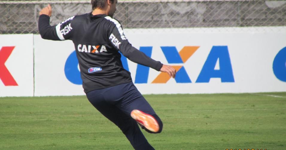 11-05-2013 - Paulo André faz lançamento durante treino do Corinthians