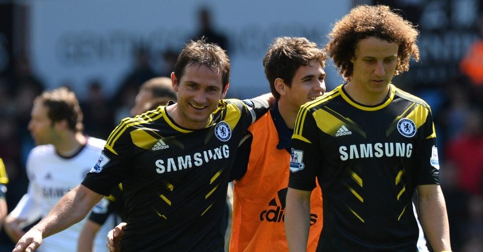Após marcar dois gols e se tornar maior artilheiro da história do Chelsea, Lampard (esquerda) conversa com os brasileiros Oscar (atrás) e David Luiz (frente)