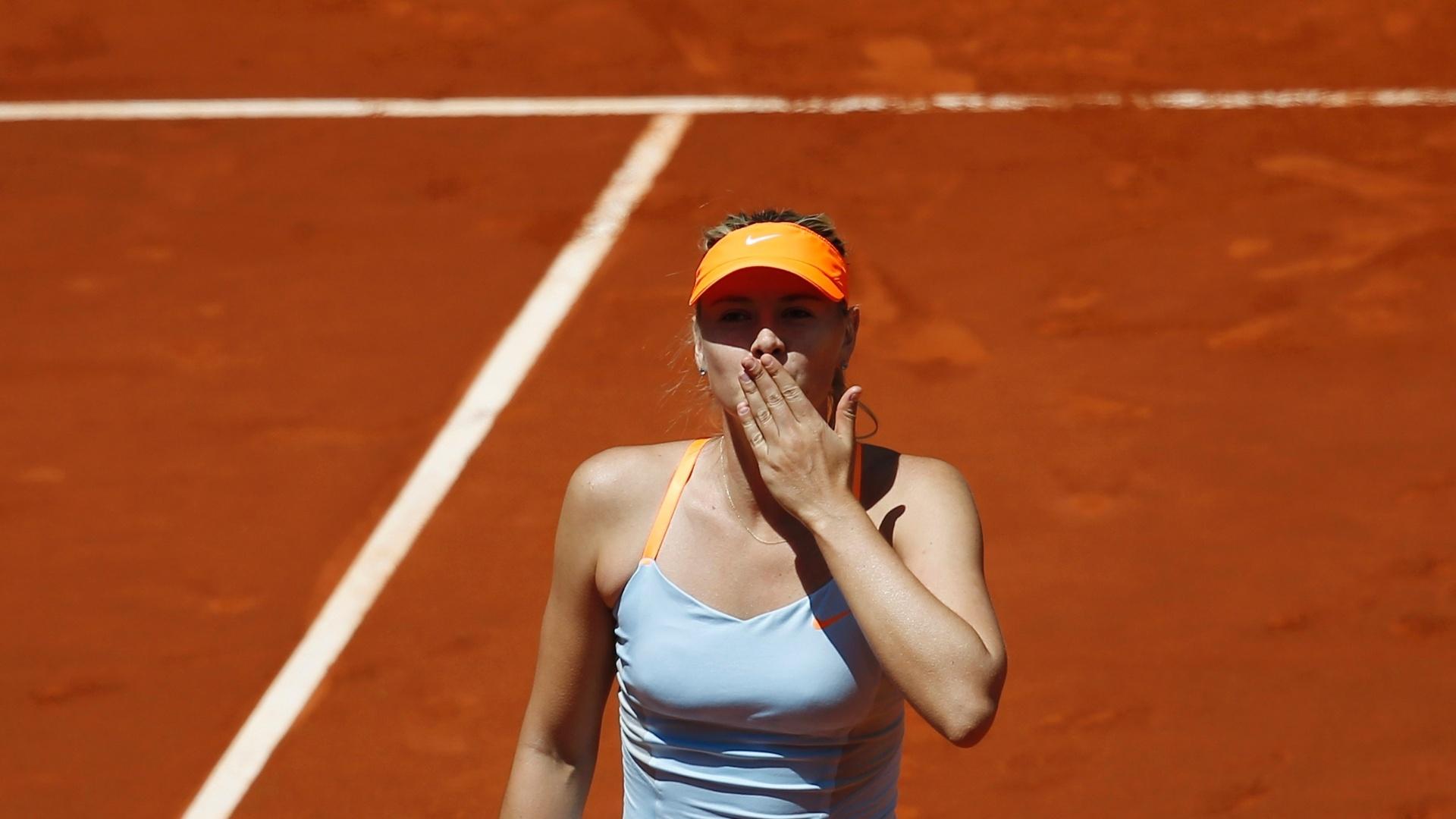 11.05.2013 - Sharapova saúda a torcida depois de vencer pela 500ª vez na carreira e chegar na final do Masters 1000 de Madri