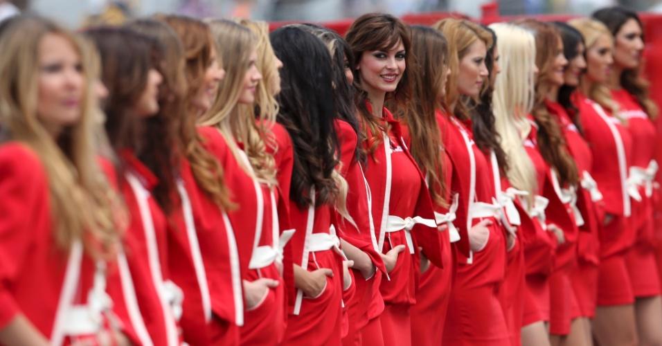 11.mai.2013 - Belas grid girls marcam presença no circuito de Montmelò durante treino de classificação para o GP da Espanha