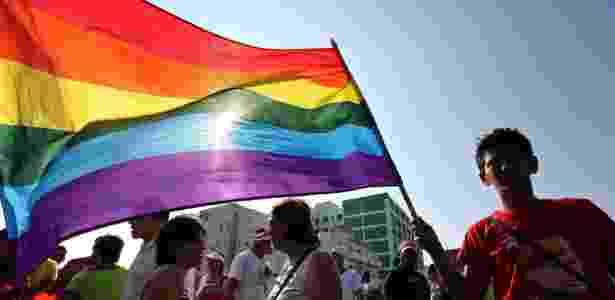 Cubano exibe bandeira com as cores do movimento LGBT durante Marcha contra a Homofobia - Alejandro Ernesto/EFE