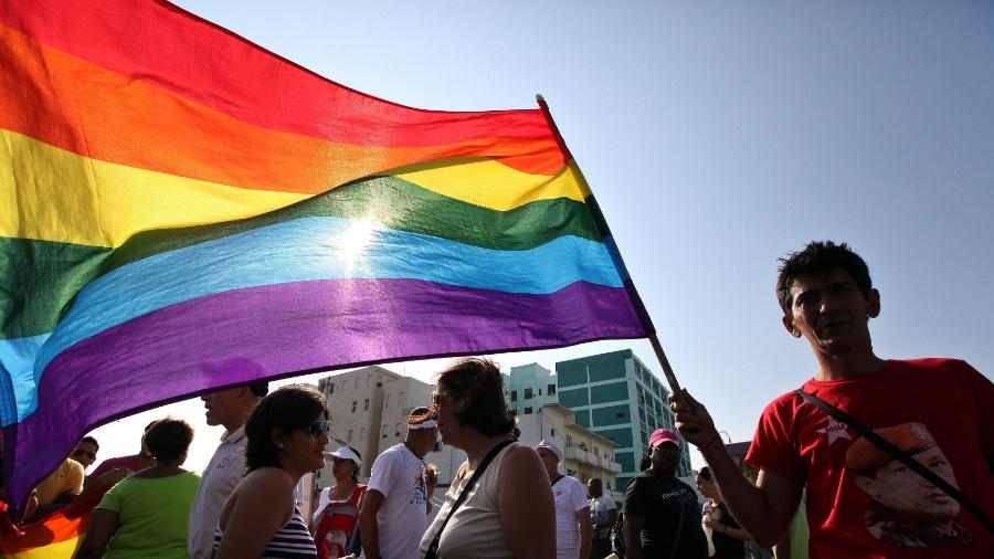 Cubano exibe bandeira com as cores do movimento LGBT durante Marcha contra a Homofobia em Havana - Alejandro Ernesto/EFE