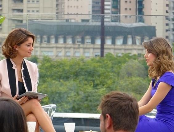 """11.mai.2013 - Em """"Sangue Bom"""", a cantora Sandy participa do programa de Amora Campana (Sophie Charlotte), """"Luxury"""", e conta suas dicas de beleza. A cena deve ir ao ar no sábado, dia 11."""