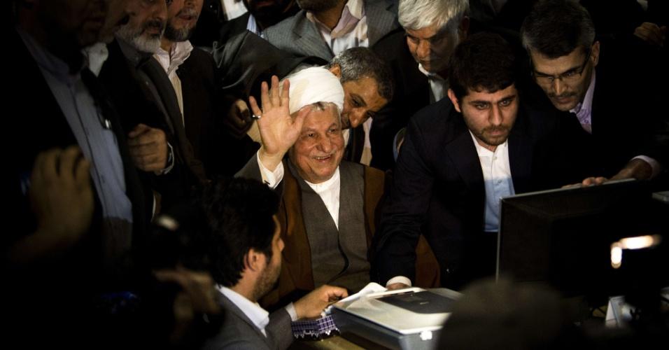 11.mai.2013 - Ex-presidente iraniano Akbar Hashemi Rafsanjani (centro) acena para apoiadores durante o registro de sua candidatura às eleições presidenciais no país
