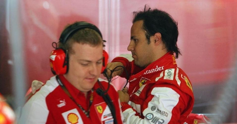 11.mai.2013 - Felipe Massa se prepara para ir para pista de Montmelò durante o treino de classificação para o GP da Espanha