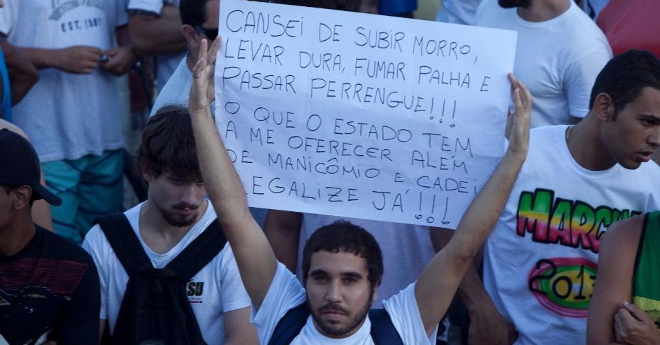 11.mai.2013 - Manifestante segura cartaz na concentração para a Marcha da Maconha, em Ipanema, na zona sul do Rio de Janeiro, neste sábado (11)