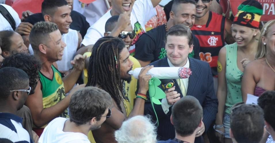 11.mai.2013 - Manifestantes participam da concentração para a Marcha da Maconha, em Ipanema, na zona sul do Rio de Janeiro, neste sábado (11)