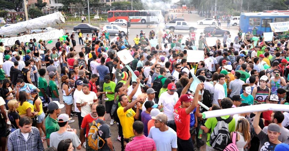11.mai.2013 - Manifestantes participam da Marcha da Maconha, na praça da Estação, em Belo Horizonte, neste sábado (11). O ato pede a legalização do uso da maconha no Brasil