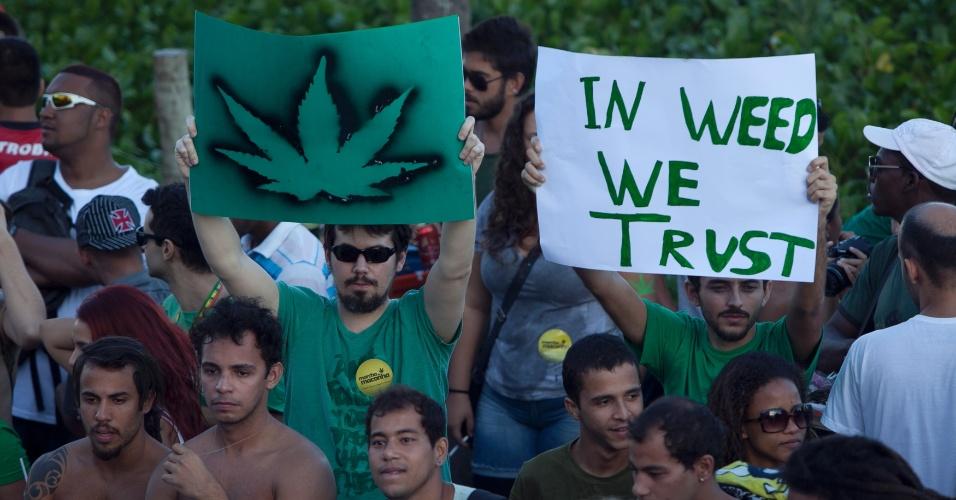 11.mai.2013 - Manifestantes seguram cartazes na concentração para a Marcha da Maconha, em Ipanema, na zona sul do Rio de Janeiro, neste sábado (11)