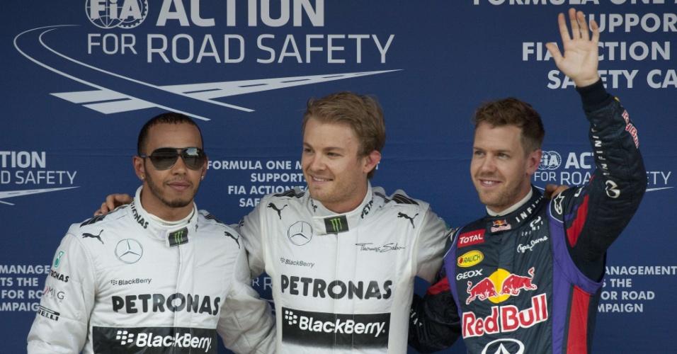 11.mai.2013 - Nico Rosberg (c), pole position no GP da Espanha, posa ao lado de Lewis Hamilton (e) e Sebastian Vettel