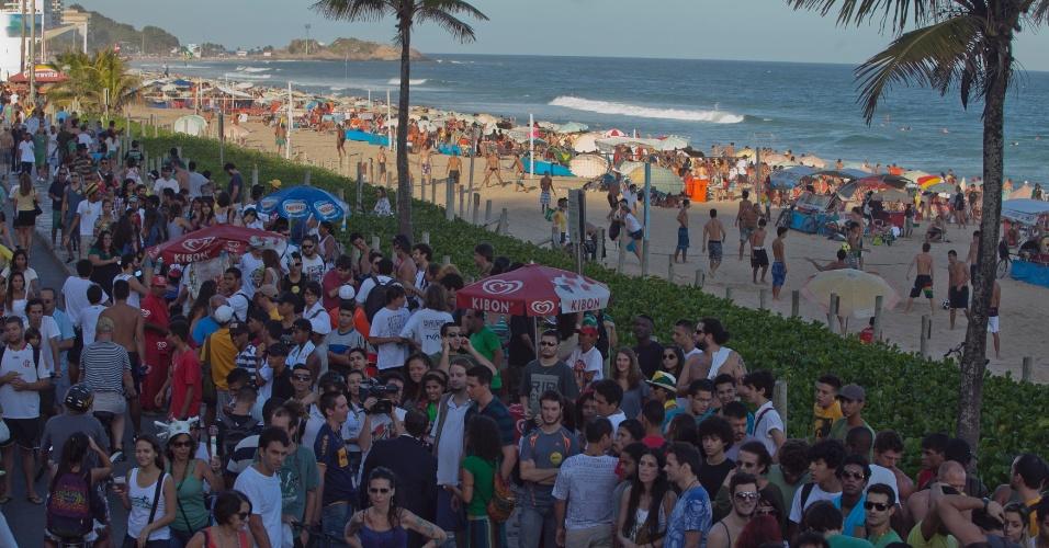 11.mai.2013 - Participantes se reúnem na concentração para a Marcha da Maconha, em Ipanema, na zona sul do Rio de Janeiro, neste sábado (11)