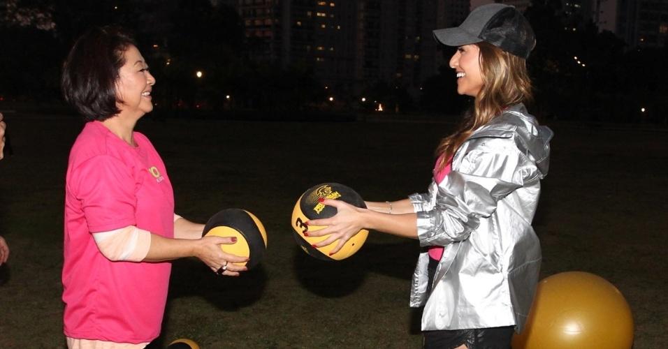 11.mai.2013 - Sabrina Sato ministra aula de ginástica com a mãe, Dona Kika, em um parque no Itaim Bibi, zona sul de São Paulo