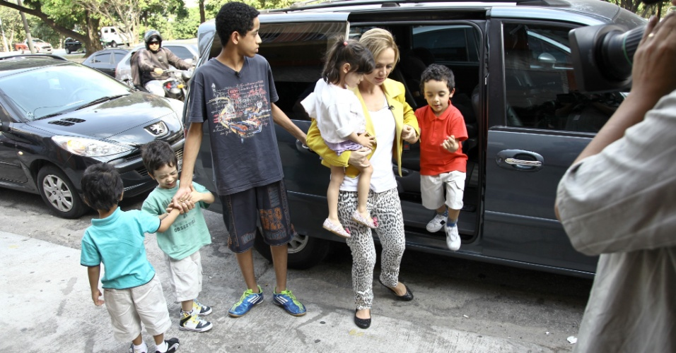 11.maio.2013 - Eliana vira mãe de quadrigêmeos por um dia