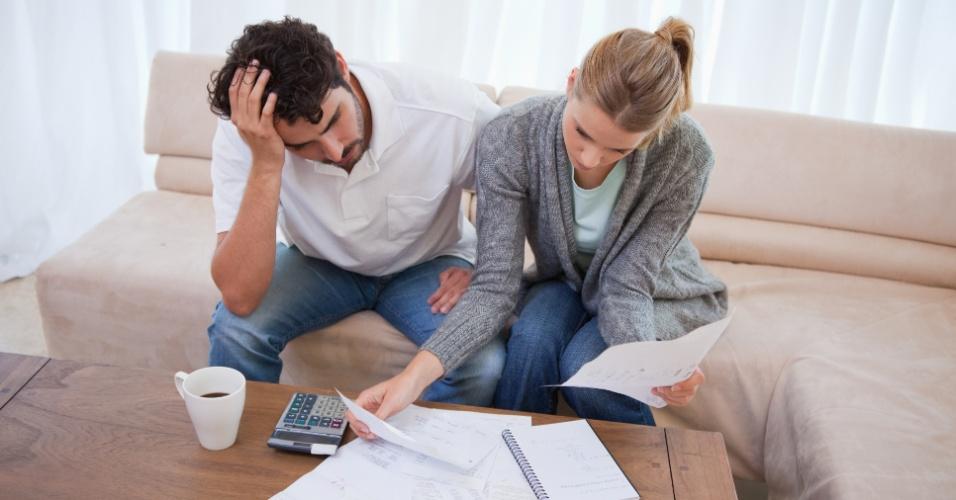 casal; finanças; gastos; despesas; contas; preocupação; crise