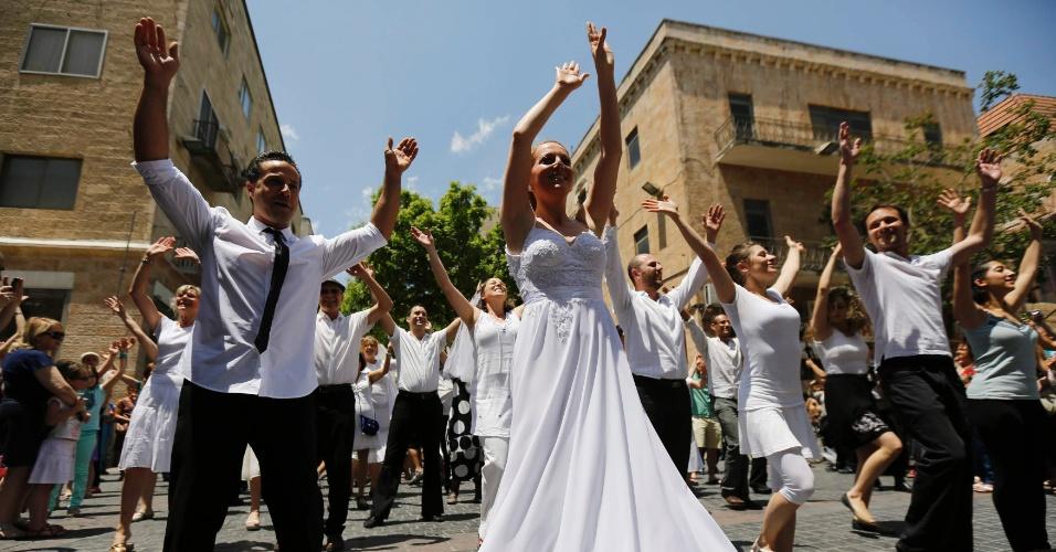 Israelenses vestidos de noivas e noivos dançam em flash mob para promover a igualdade entre os sexos