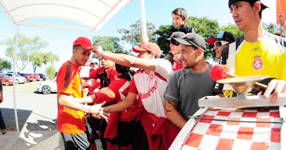Meia D'Alessandro recebe o carinho dos fãs do Internacional após treino no CT do Parque Gigante (11/05/2013)