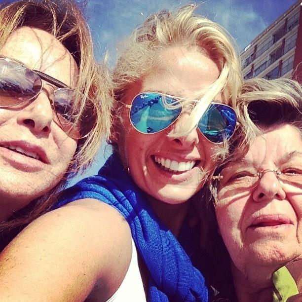 12.mai.2013 - Adriana Galisteu publica uma foto ao lado da mãe, Dona Emma