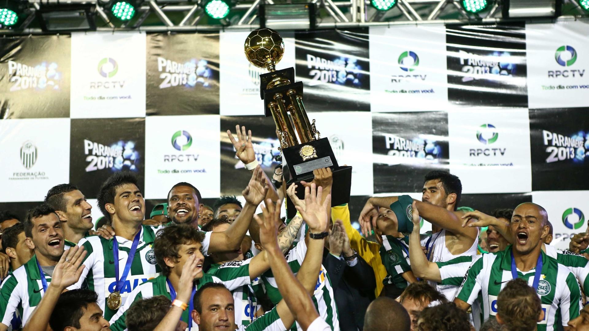 12.mai.2013 - Alex ergue o troféu de campeão paranaense e jogadores do Coritiba fazem a festa após a vitória sobre o Atlético-PR