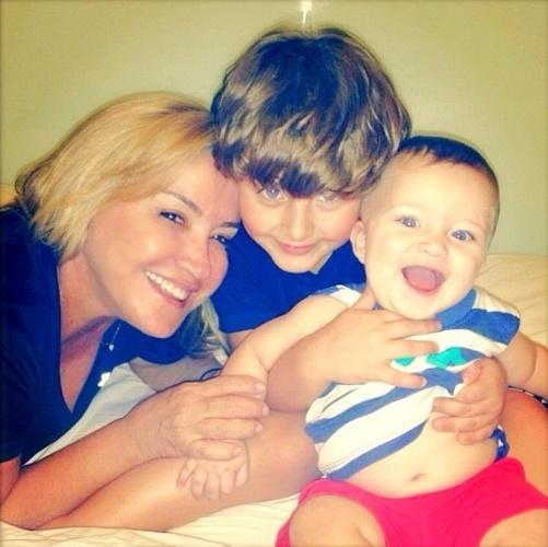 12.mai.2013 - Claudia Leitte publicou uma foto de sua mãe com os filhos