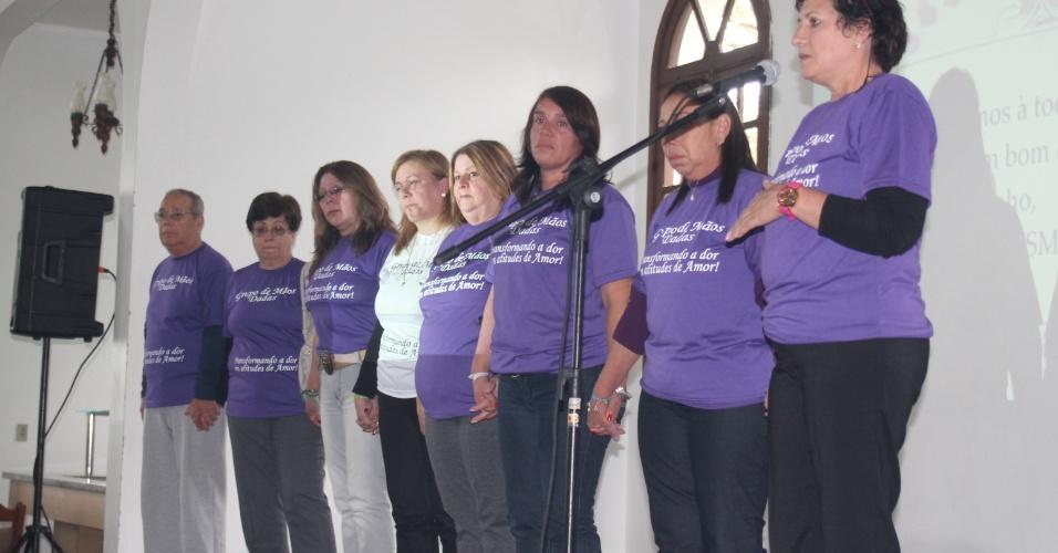 12.mai.2013 - Coral canta em homenagem aos parentes das 241 vítimas do incêndio da Boate Kiss, durante evento em comemoração ao Dia das Mães realizado no clube Dores, em Santa Maria (RS)