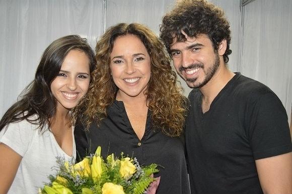 12.mai.2013 - Daniela Mercury posa ao lado dos filhos