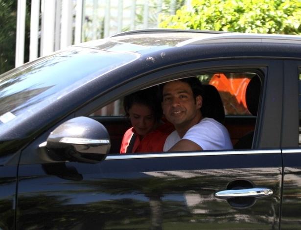 12.mai.2013 - Deborah Secco vai a igreja com o novo namorado, o músico Allyson Castro, no Recreio dos Bandeirantes