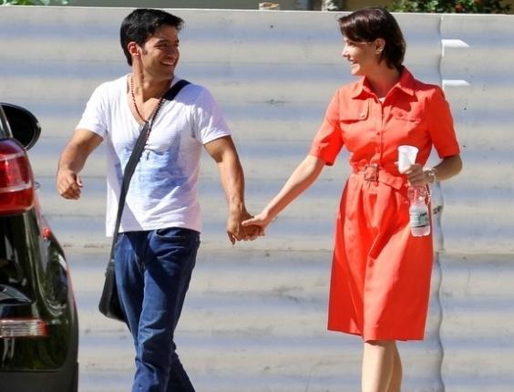 12.mai.2013 - Deborah Secco vai a igreja com o novo namorado, o músico Allyson Castro
