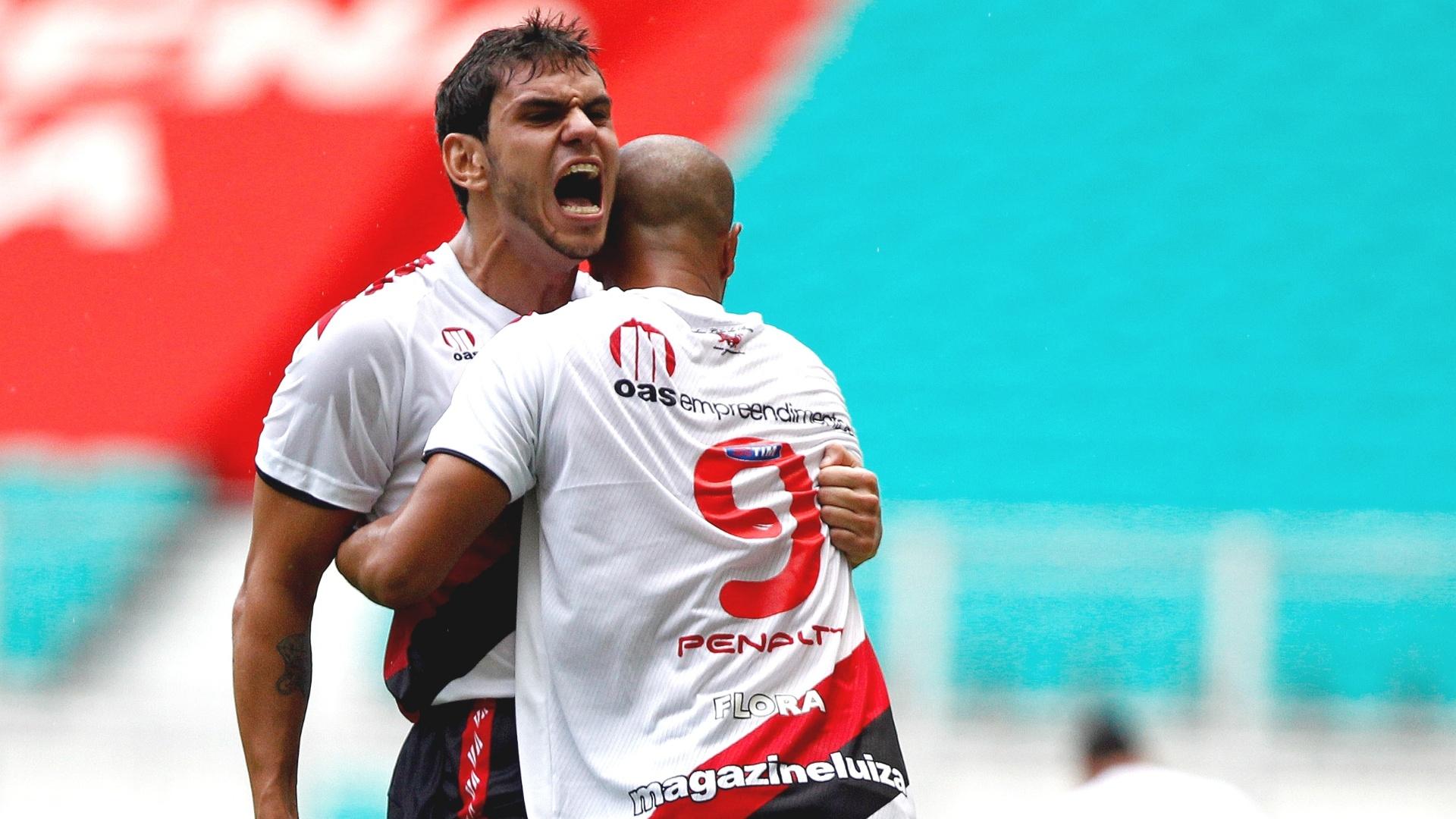 12.mai.2013 - Dinei comemora um dos gols marcados pelo Vitória na final do Campeonato Baiano contra o Bahia