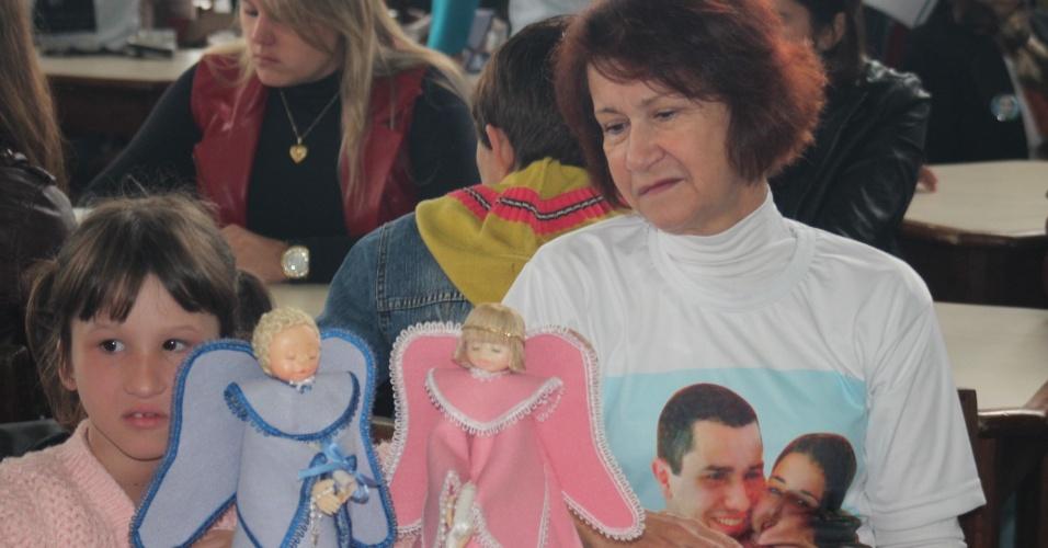 12.mai.2013 - Familiares das vítimas da tragédia na boate Kiss recebem anjos de porcelana durante almoço em comemoração ao Dia das Mães, realizado pela AVTSM (Associação dos Familiares das Vítimas da Tragédia em Santa Maria), no clube Dores, em Santa Maria (RS)