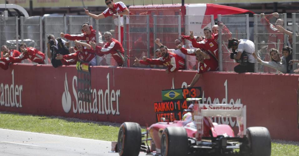 12.mai.2013 - Felipe Massa cruza a linha de chegada em terceiro no GP da Espanha