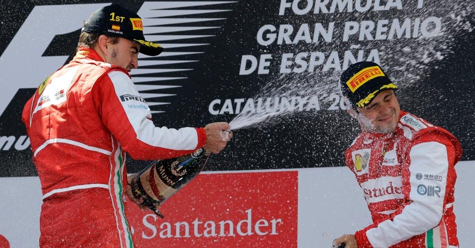 12.mai.2013 - Fernando Alonso dá banho de champanhe em Felipe Massa, terceiro colocado no GP da Espanha