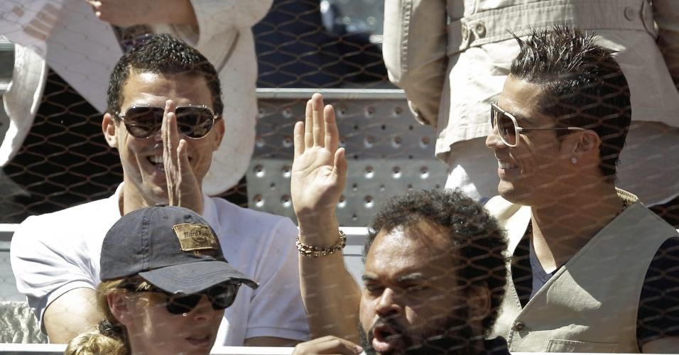 12.mai.2013 - Jogadores do Real Madrid, Pepe e Cristiano Ronaldo, acompanham a decisão do Masters 1000 de Madri