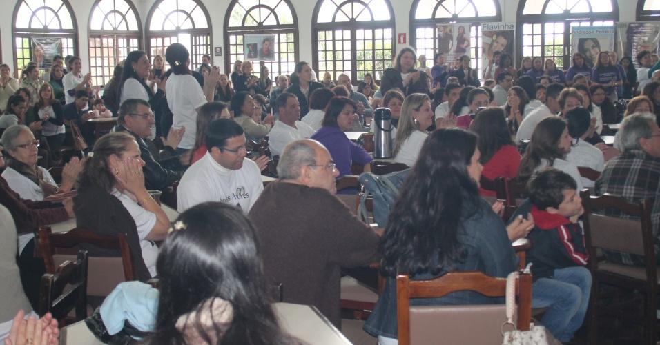 12.mai.2013 - Parentes das 241 vítimas do incêndio da Boate Kiss recebem uma homenagem em comemoração ao Dia das Mães durante um almoço realizado no clube Dores, em Santa Maria (RS)